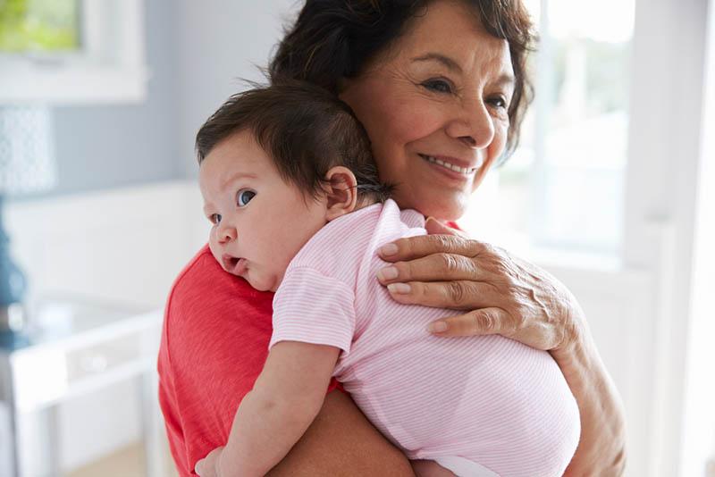 stolze Oma hält süße Enkelin