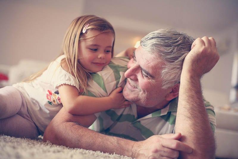 süßes kleines Mädchen kuscheln mit ihrem Opa