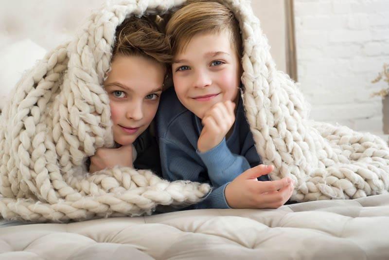 zwei schöne Brüder liegen unter der Decke