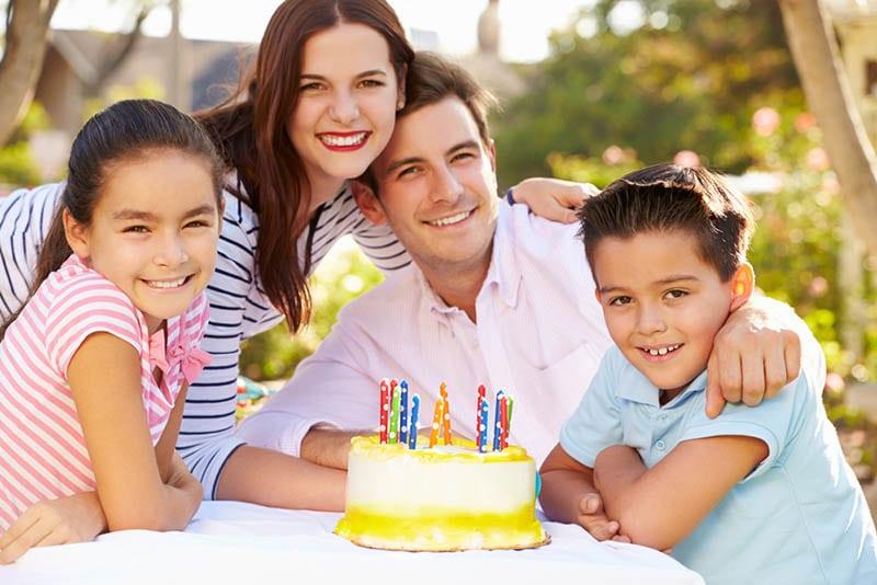 Familie feiert Papas Geburtstag im Freien