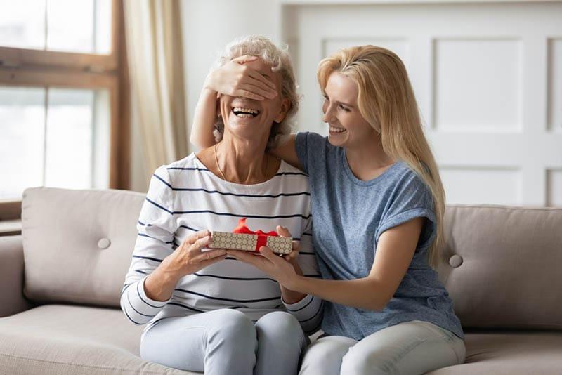 Frau überrascht ihre alte Mutter mit Geschenk
