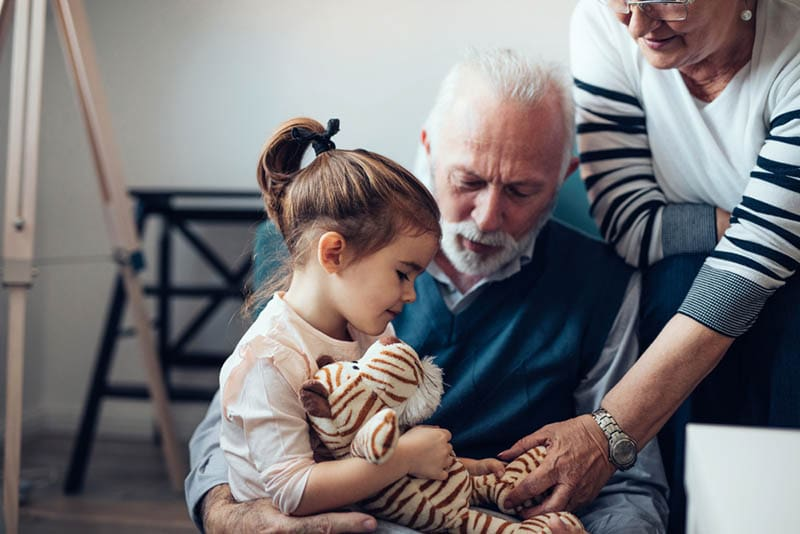 Großeltern spielen mit ihrer Enkelin