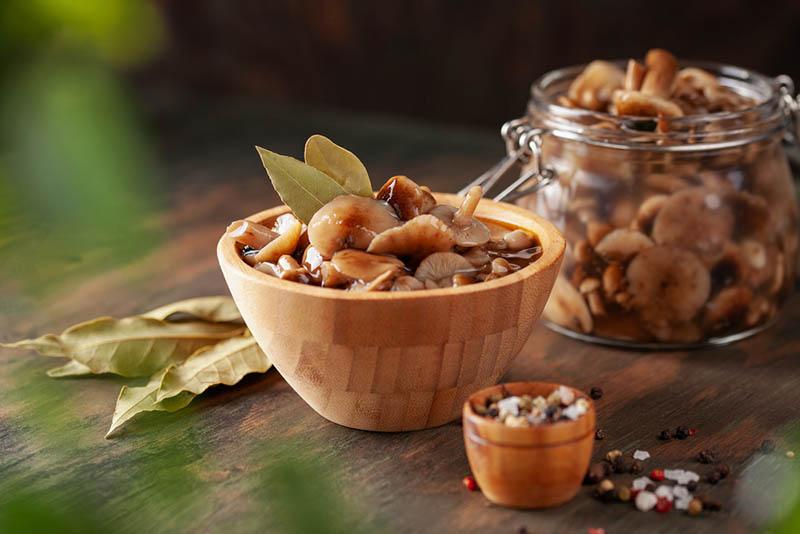 Hausgemachte eingelegte Honigpilze in Holzschale