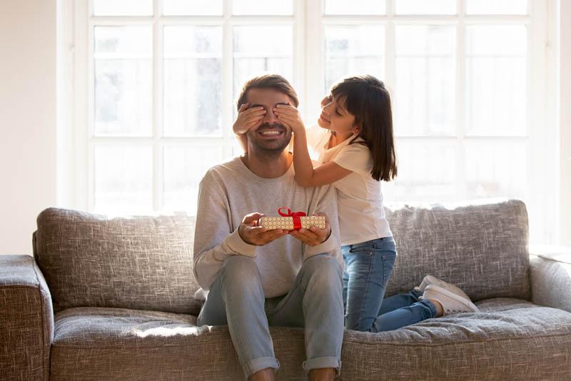 Kleines Mädchen überrumpelt ihren Vater mit Geburtstagsgeschenk