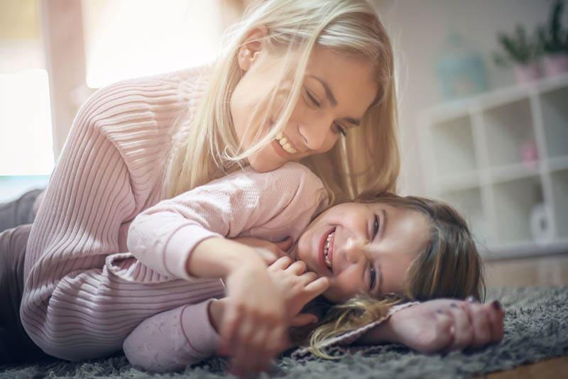 Mutter und Tochter haben Spaß zu Hause