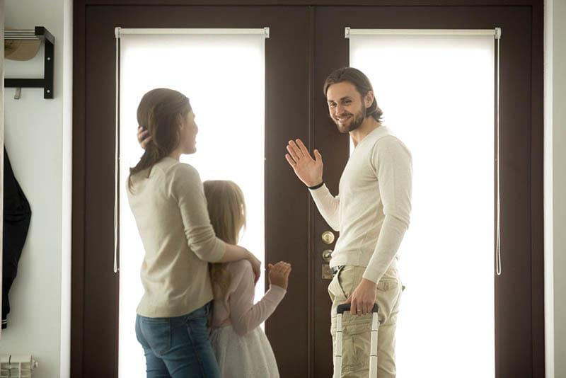 Mutter und Tochter verabschieden sich von ihrem Vater