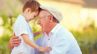 Opa umarmt seinen Enkel und lacht