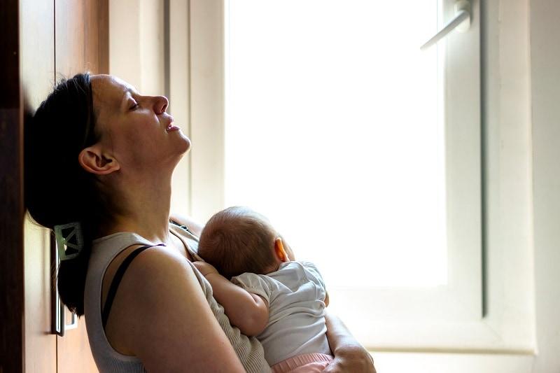 depressive Mutter hält ihr neugeborenes Baby