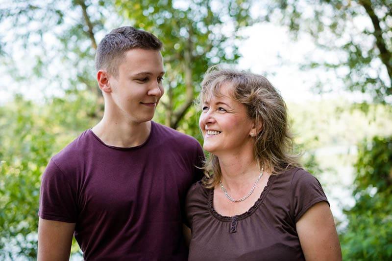 glückliche Mutter stehend mit ihrem Sohn im Freien