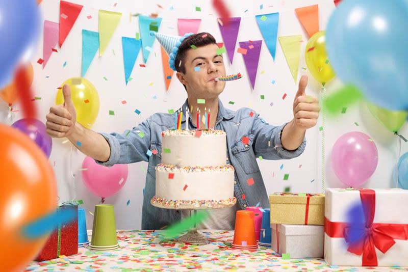 gut aussehender Teenager Junge feiert Geburtstag