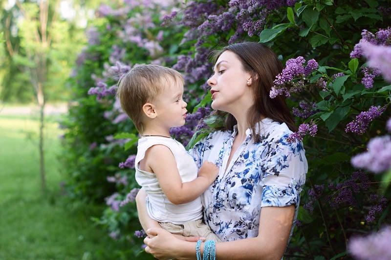 junge Mutter im Gespräch mit ihrem Sohn im Hof