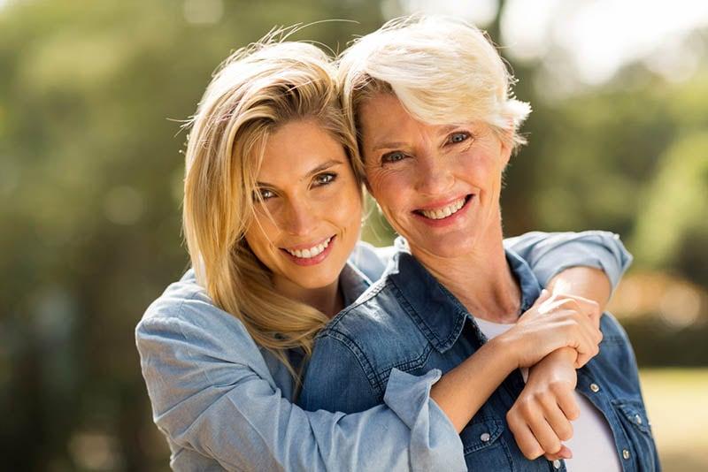 schöne Frau umarmt ihre Mutter im Freien