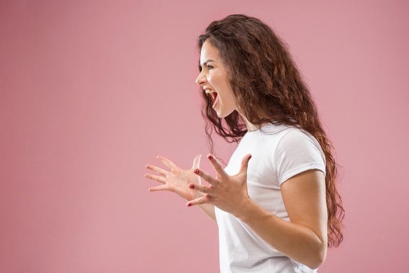 wütende junge Frau schreit