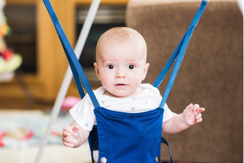 Baby spielt in Tuerhopser