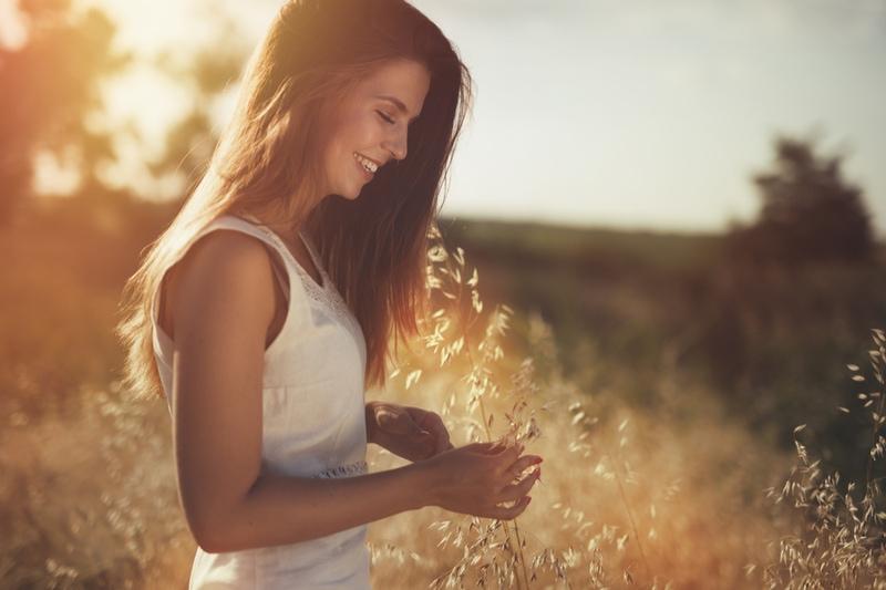 Frau auf Feldern, die glücklich ist