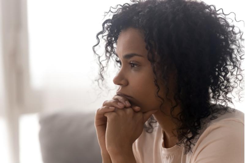 Frau denkt an Beziehungsprobleme