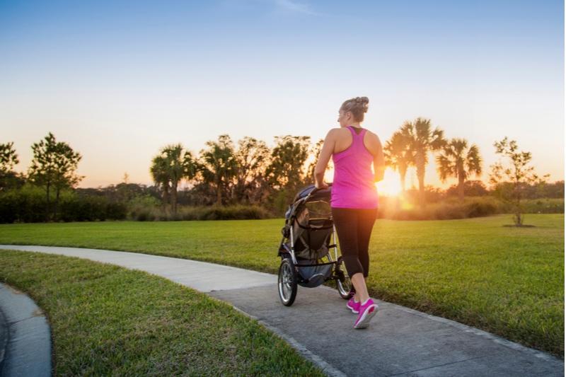 Frauen gehen und joggen mit ihrem Baby im Kinderwagen