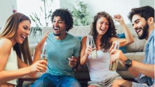 Gruppe von Freunden, die trinken und Spaß haben