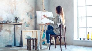 Junge Frau malt zu Hause