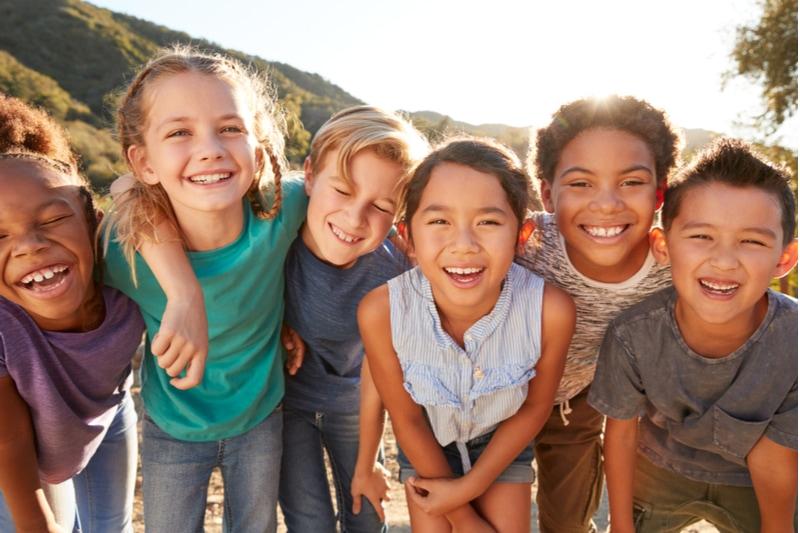 Multikulturelle Kinder, die rumhängen