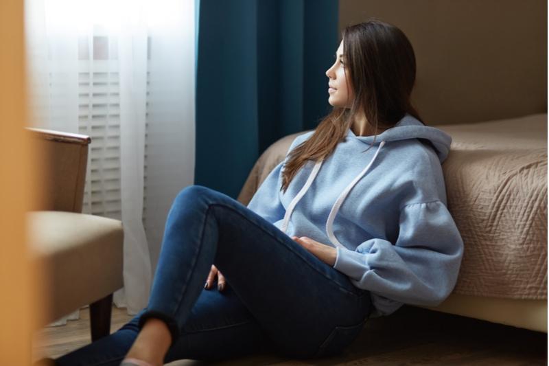 dunkelhaarige Frau in blauem Sweatshirt