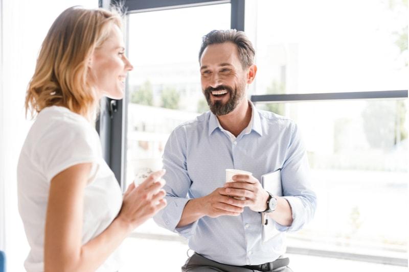 fröhliche Kollegen unterhalten sich im Büro