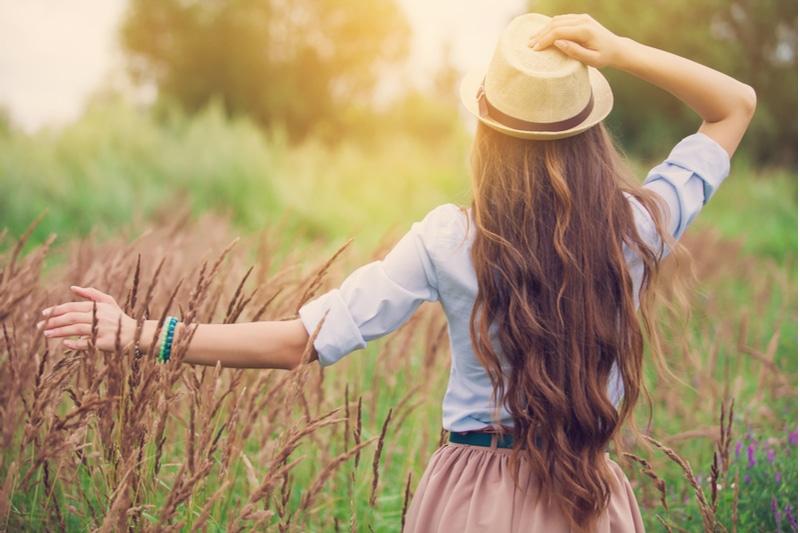 junges Mädchen geniest die Natur
