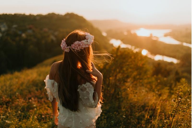 schönes Mädchen mit einem Blumenkranz auf dem Kopf