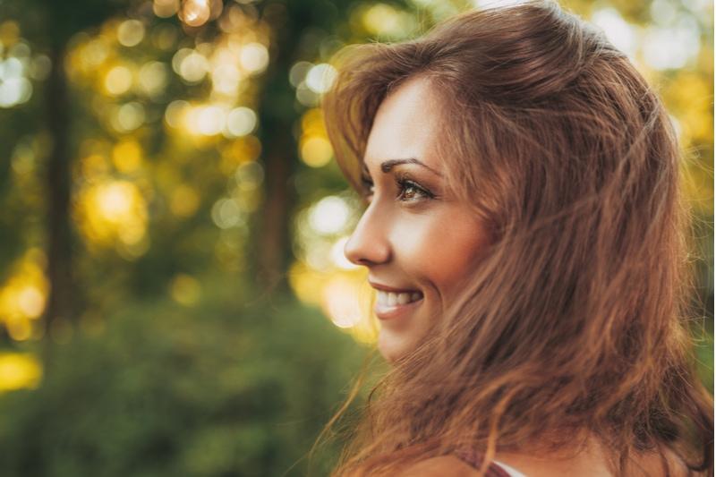 süßes lächelndes Mädchen in der Natur