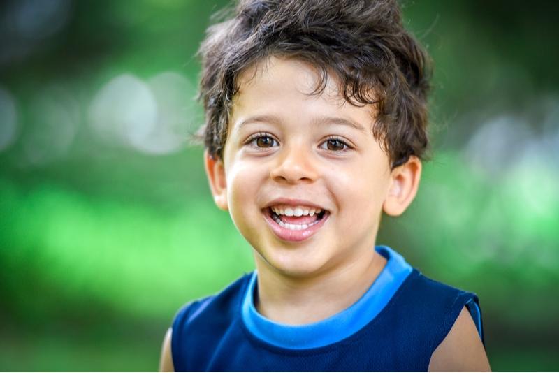 Glückliches junges Kind lächelt