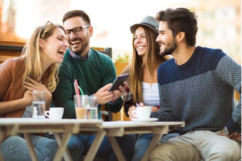 Gruppe von vier Freunden, die zusammen einen Kaffee trinken