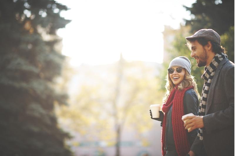 Junge Leute, die im Herbstpark spazieren gehen