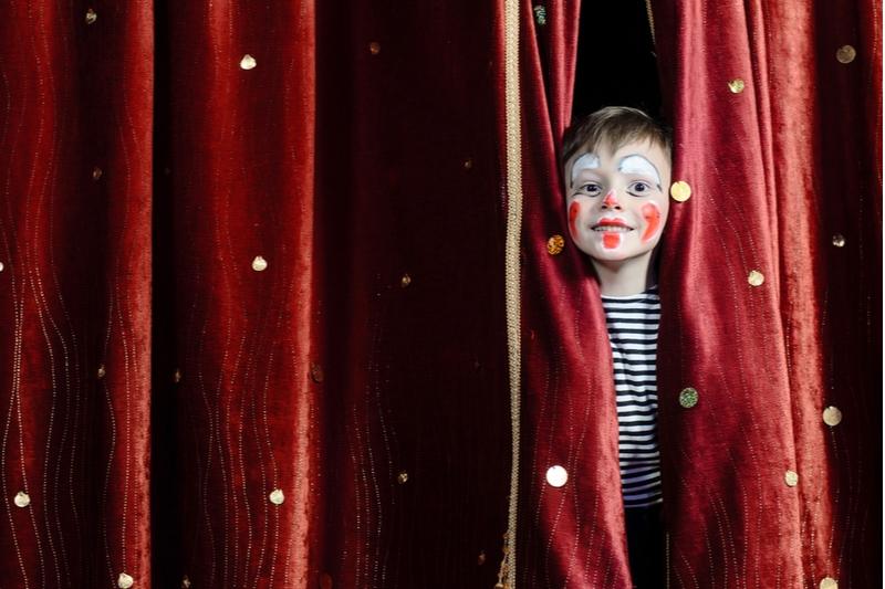 Junge mit Clown Make-up im Theater