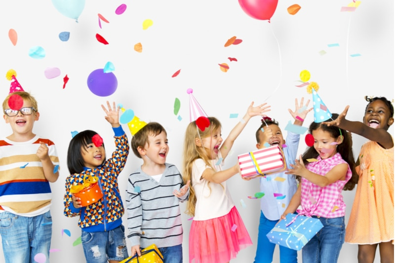 Kinder feiern zusammen Geburtstag