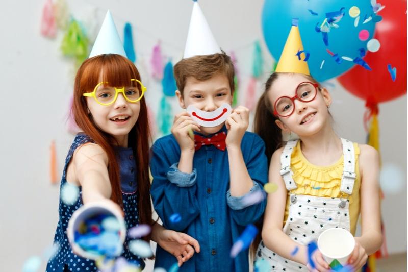 Kinder haben Spaß auf der Geburtstagsfeier
