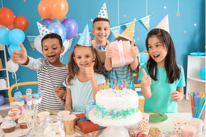 Kleine Kinder, die zu Hause Geburtstag feiern