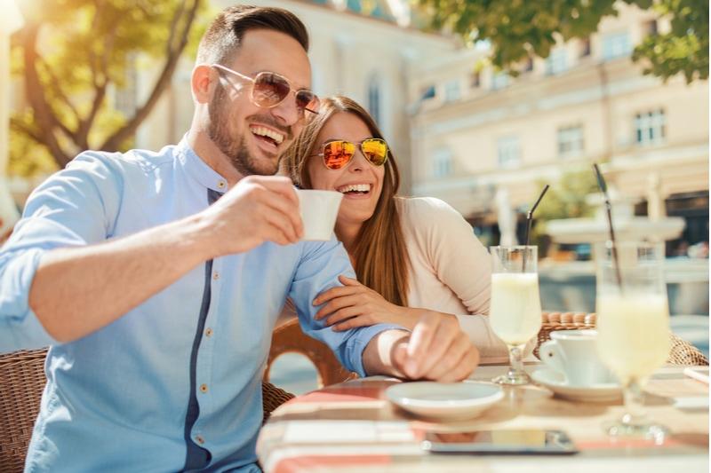 Paar sitzt in einem Café und genießt Kaffee und Unterhaltung