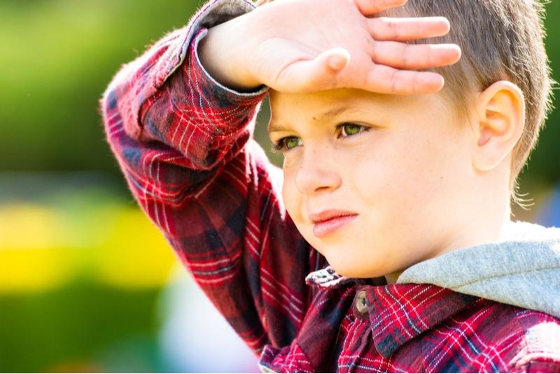 Schöner kleiner Junge mit grünen Augen
