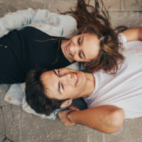 junges Paar auf dem Boden liegend und lachend