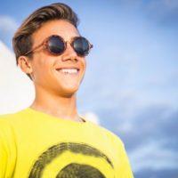 süßer junger Kerl mit Sonnenbrille