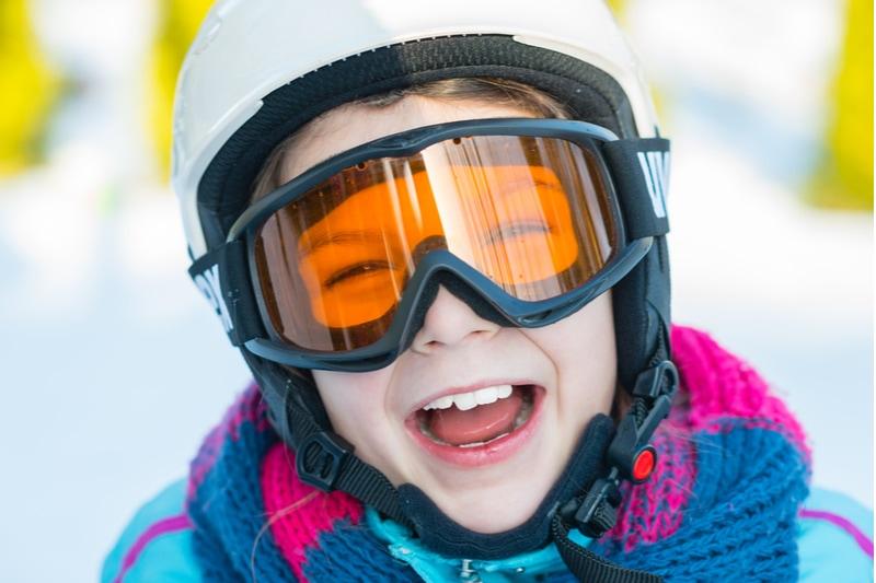 glückliches Mädchen, das das Skifahren genießt