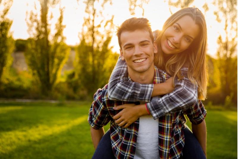 glückliches junges Paar in der Natur zusammen umarmt