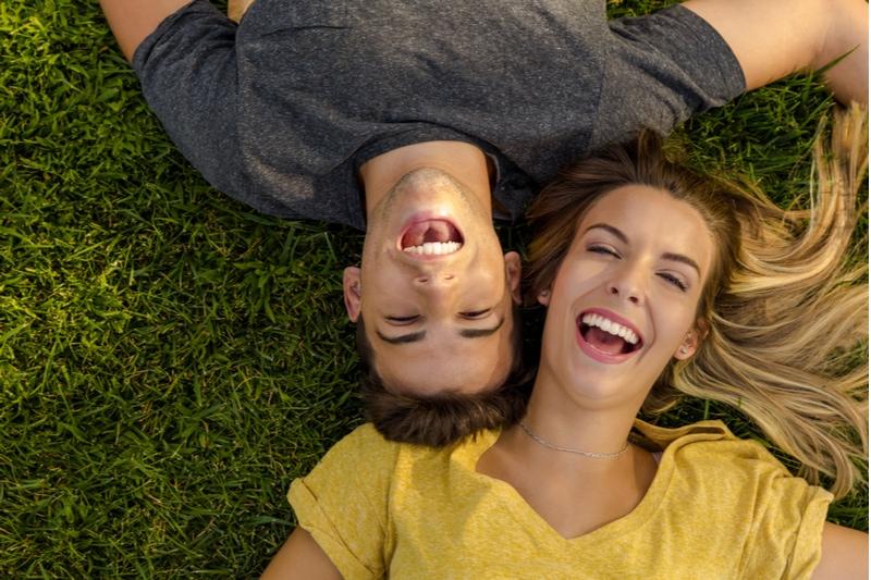 junges schönes Paar liegt auf dem Gras