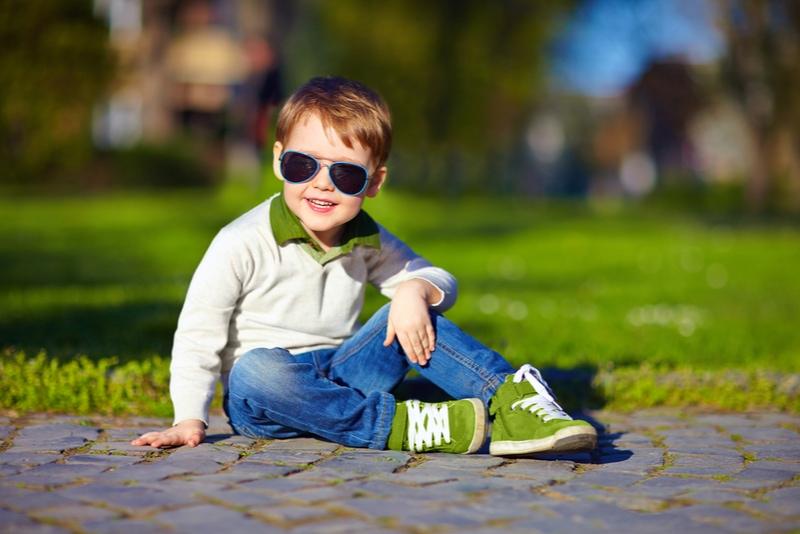 modisches Kind im Sommerpark