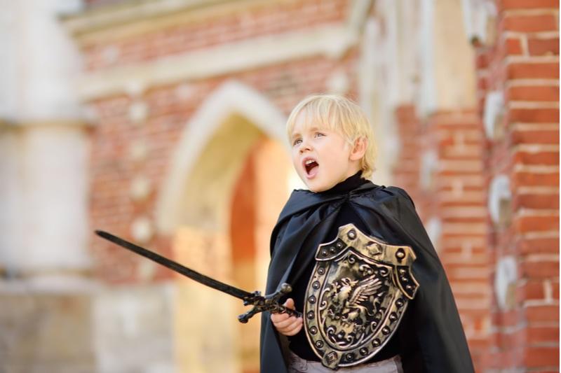 süßer kleiner Junge verkleidet als mittelalterlicher Ritter