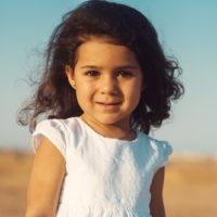 kleines Mädchen in der Wüste