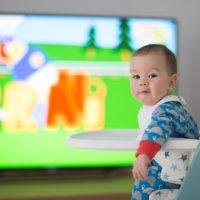 Baby sieht sich Cartoons im Fernsehen an