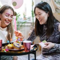 zwei Freundinnen feiern Geburtstag