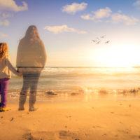 Mädchen hält die Hand des Geistes ihrer verstorbenen Mutter