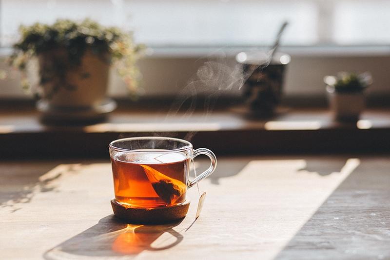 Glasbecher mit Tee auf dem Tisch